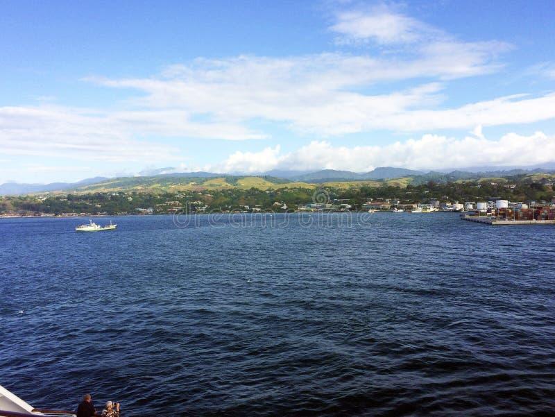 Sikter av Honiara från ett kryssningskepp, Solomon Islands royaltyfria foton