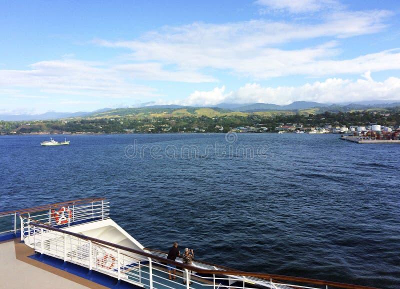Sikter av Honiara från ett kryssningskepp, Solomon Islands royaltyfri bild