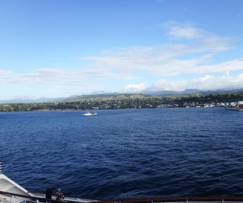 Sikter av Honiara från ett kryssningskepp, Solomon Islands arkivfoton