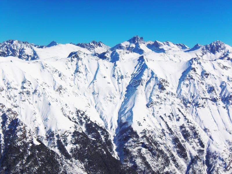 Sikter av korkade berg för snö av Dombay Solig dag för vinter arkivbilder