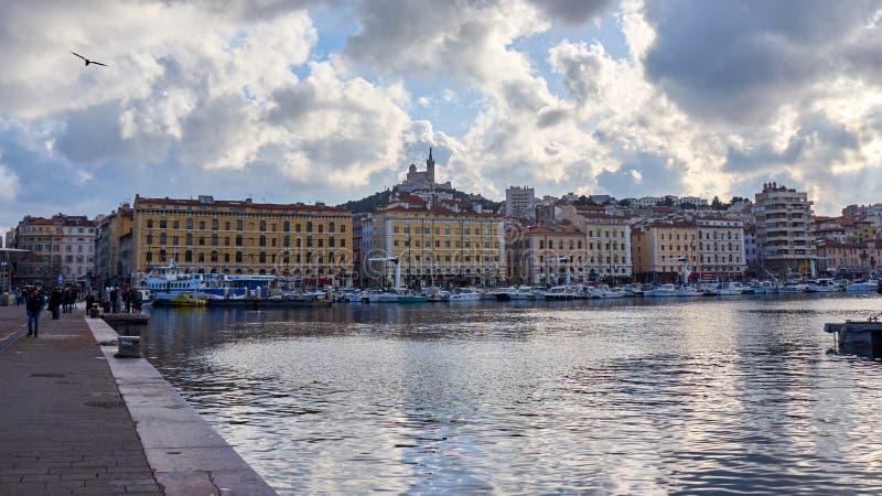 Sikter av Le Vieux Port på den blåa timmen arkivfoto