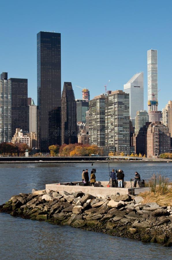 Sikter av New York City MidtownManhattan horisont från delstatspark för Plaza för Long Island stadslastningsbrygga November 2018 royaltyfri bild