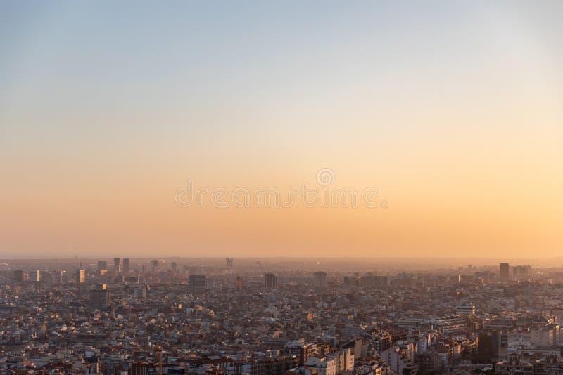 Sikter av staden av Barcelona under solnedgång arkivfoton