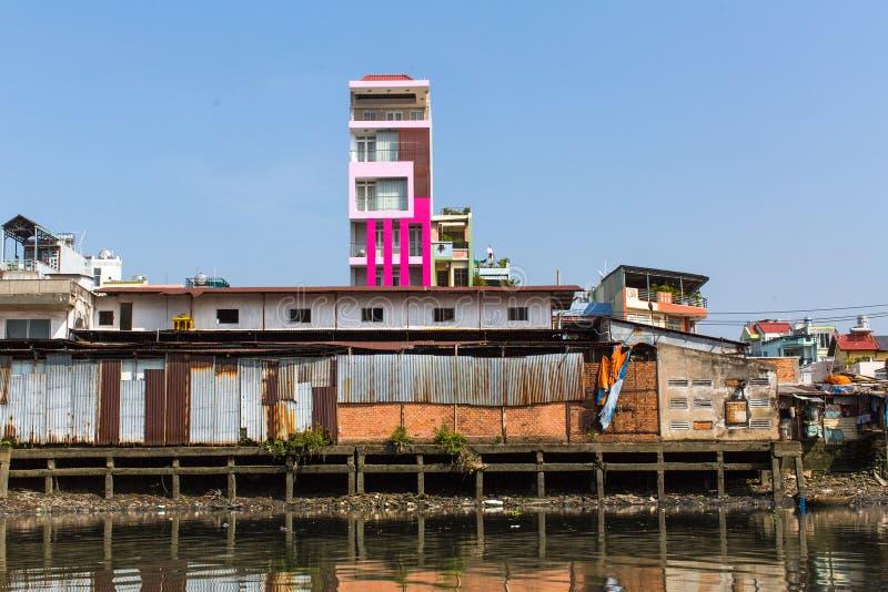 Sikter av stadens slumkvarter från floden royaltyfri bild
