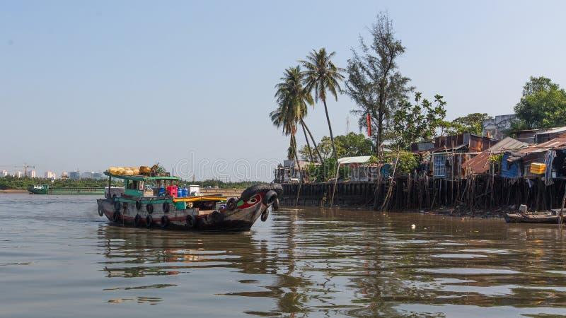 Sikter av stadens slumkvarter från floden fotografering för bildbyråer