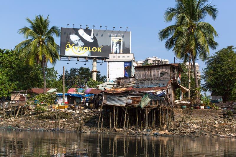 Sikter av stadens slumkvarter från floden arkivfoto
