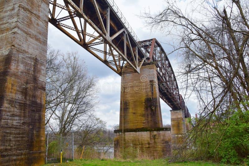 Sikter för drevspårjärnvägsbro längs Shelby Bottoms Greenway och det naturliga området över Cumberland River fasadslingor, musik  royaltyfri foto
