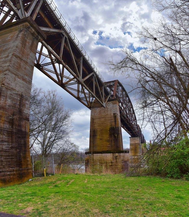 Sikter för drevspårjärnvägsbro längs Shelby Bottoms Greenway och det naturliga området över Cumberland River fasadslingor, musik  royaltyfria bilder