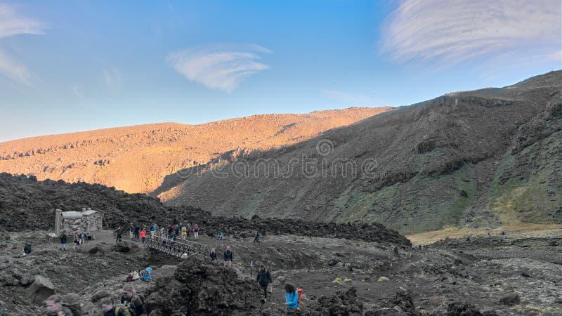 Sikter längs slingan av Tongariro den alpina korsningen, ny iver royaltyfri fotografi