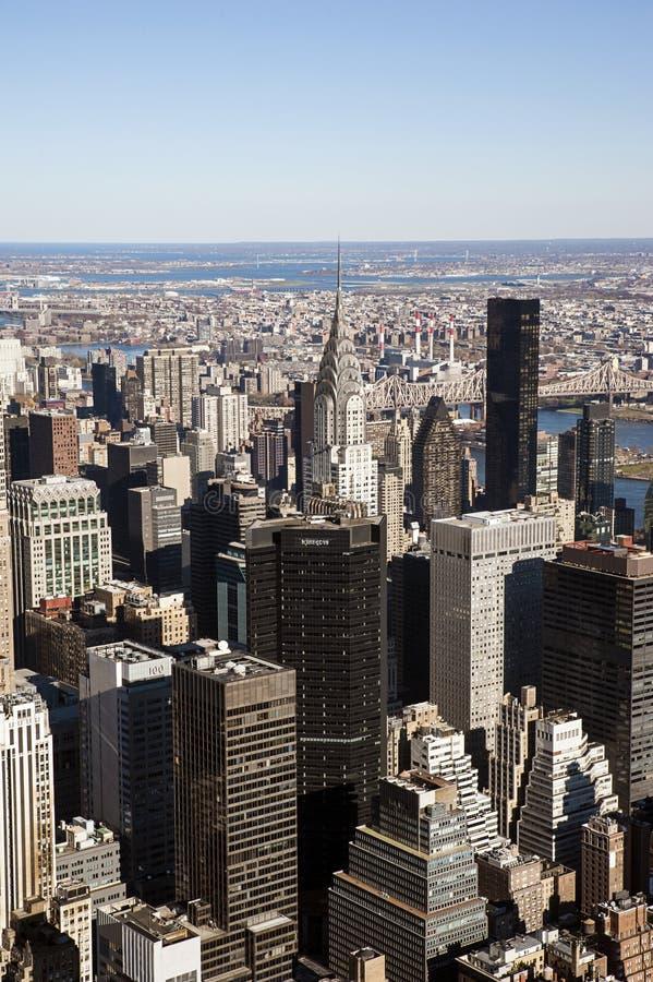 Sikter in mot East River sid i Manhattan, NYC, USA fotografering för bildbyråer