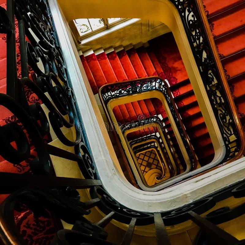 Siktsbotten upp på härlig lyxig trappuppgång med träräcke arkivfoton