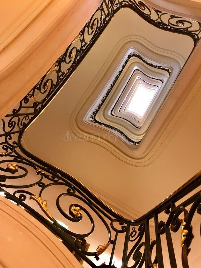 Siktsbotten upp på härlig lyxig trappuppgång med träräcke royaltyfria foton