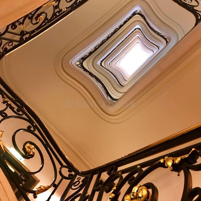 Siktsbotten upp på härlig lyxig trappuppgång med träräcke royaltyfri bild