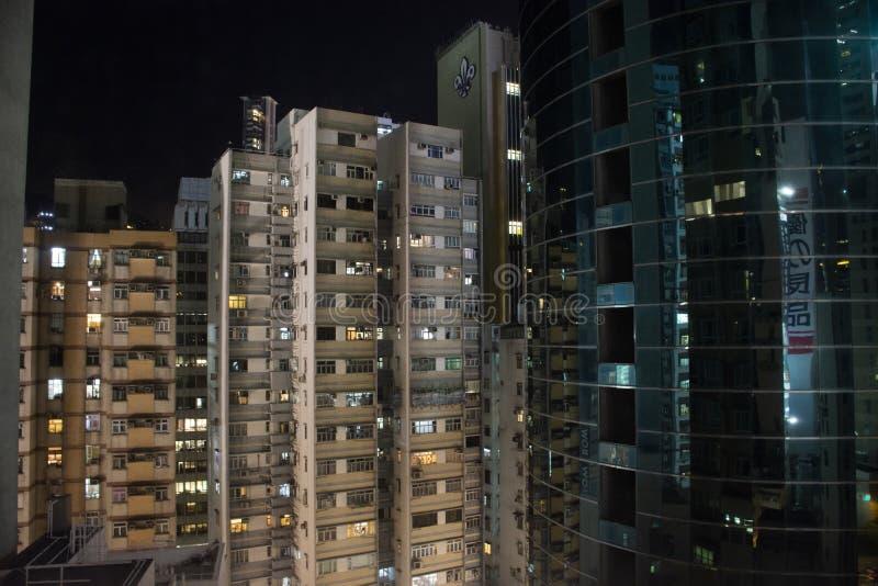 Siktslandskap och cityscape med hög byggnad i nattetid i Hong Kong, Kina arkivbilder