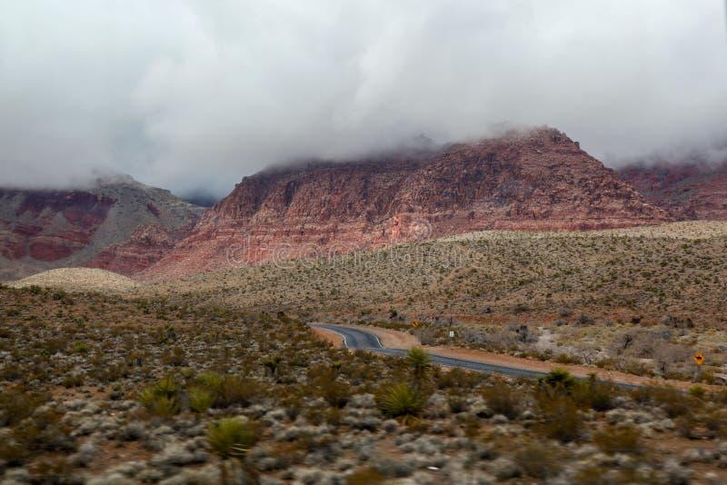 Siktslandskapet av rött vaggar kanjonnationalparken i dimmig dag på nevada, USA royaltyfria foton