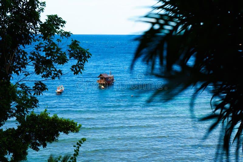 Siktspunkt från överkant av berget för ser stranden, havet och naturen fotografering för bildbyråer