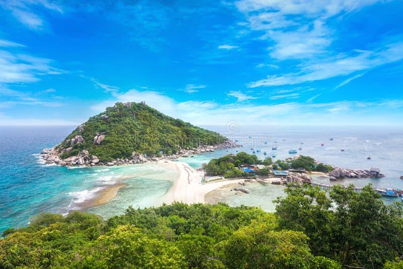 Siktspunkt från överkant av berget för ser stranden, havet och naturen royaltyfria foton
