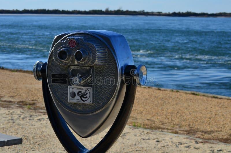 Siktsupphittare och havet royaltyfri foto