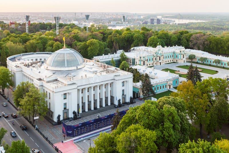 SiktsVerkhovna Rada byggnad och Mariyinsky slott royaltyfria bilder