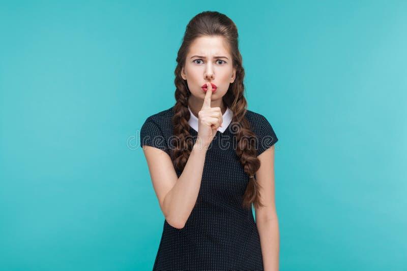 Silêncio, silêncio, conceito secreto Jovem mulher expressivo que mostra s fotos de stock