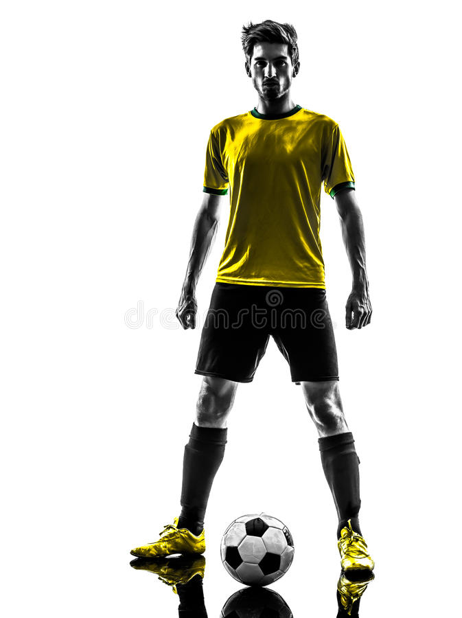 Sil ereto brasileiro do desafio do homem novo de jogador de futebol do futebol foto de stock royalty free