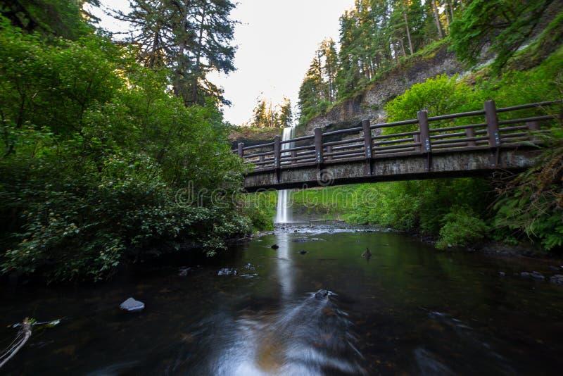 Silber fällt Brücke lizenzfreie stockbilder