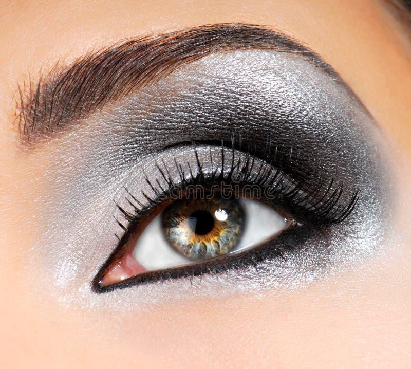 Silber-schwarzes Augenschminkebild stockbilder