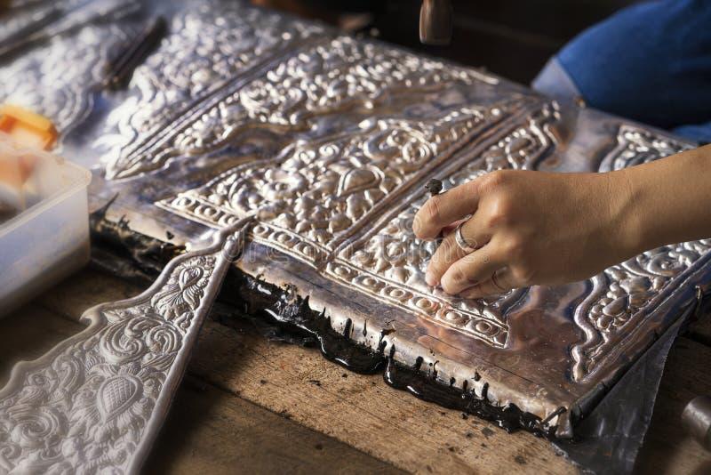 Silberherstellung Thailändische Frauen machen Silberware Das Original der silbernen Handwerker auf der Straße von Wua Lai, Chiang stockfoto