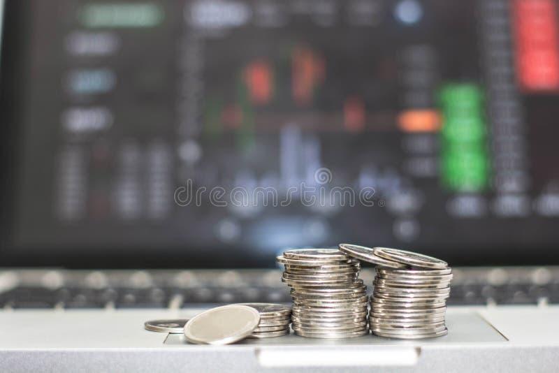 Silbermünze mit den Monitorshows, die Verkehr, minning Bitcoin handeln stockfotos