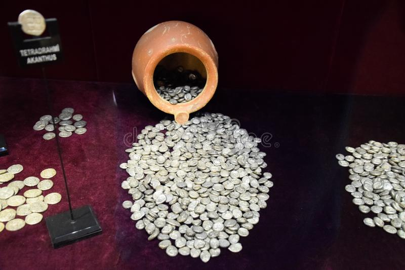 Silbermünzen gossen aus Tongefäß heraus stockfotos