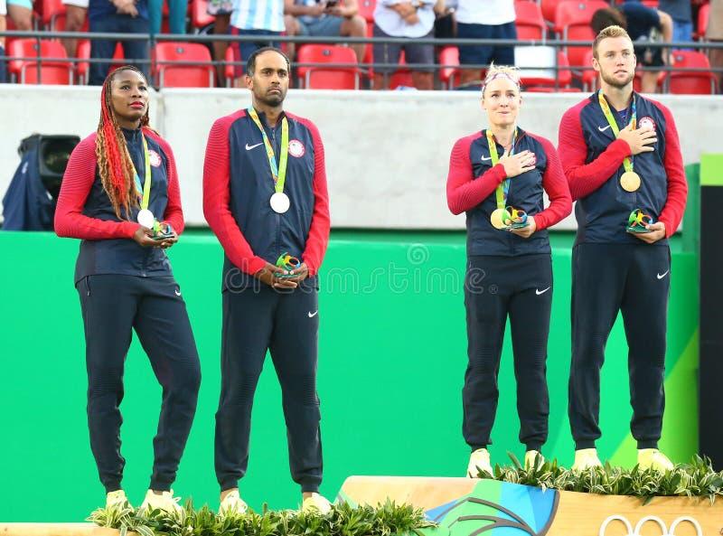 Silbermedaillengewinner R Ram und V Williams (L) und Meister Mattek-Sande und J Socke von USA während der Medaillenzeremonie stockbild