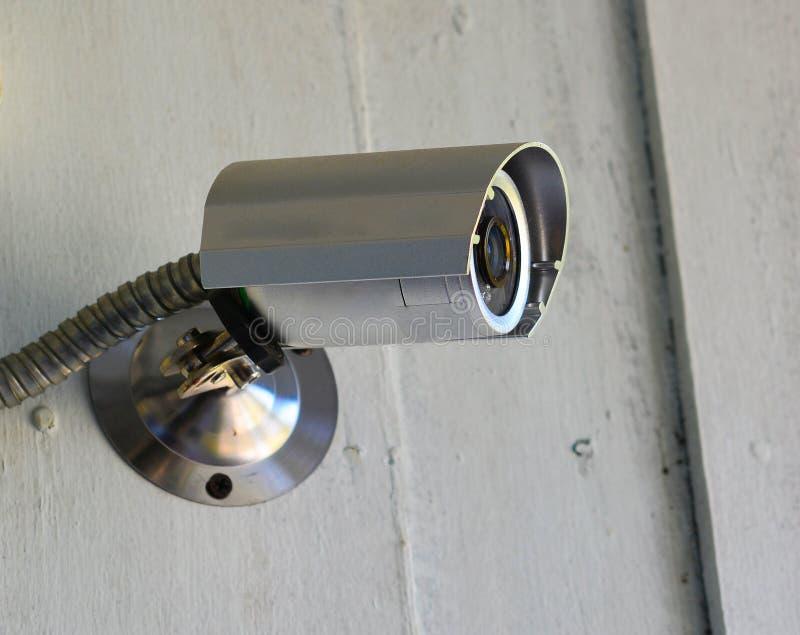Silberne Überwachungskamera auf der Wand lizenzfreie stockfotos