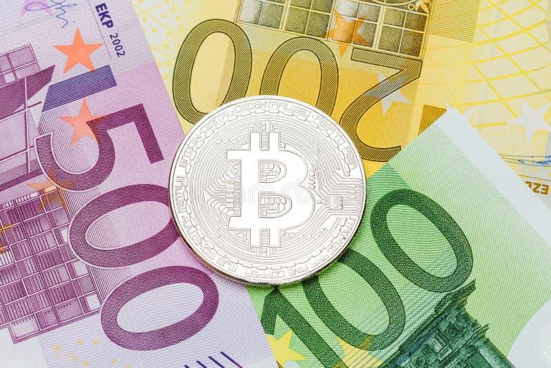 Silberne Bitcoin-Nahaufnahme Eurowährung als Hintergrund Makro pH stockbilder