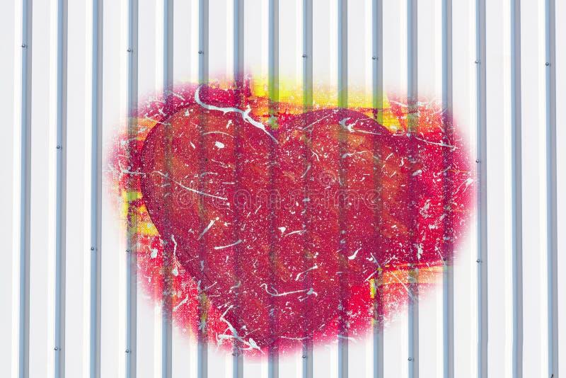 Silberne Farbenendmetallwand mit rotem Herzen stockbilder
