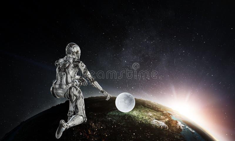 Silberne Frau des Cyborg, die auf einem Knie und L?cheln sitzt stockbilder