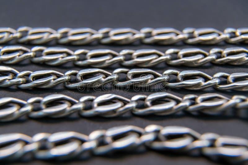 Silberne Halskette, Kette, Gold oder Edelstahl - auf schwarzem backg stockbild