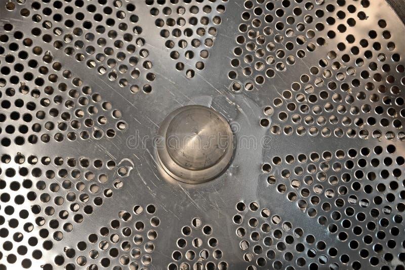 Silberne industrielle Metalltrennzeichennahaufnahme mit vielen Loch, Industrieverschiedenartigkeit, stockfotografie