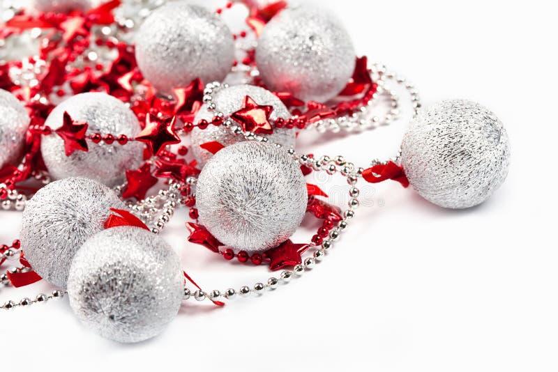 Silberne Kugeln und rote Sterne lizenzfreies stockfoto