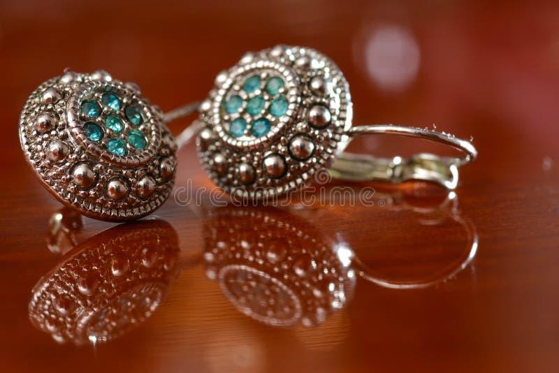 Silberne Ohrringe stockbilder