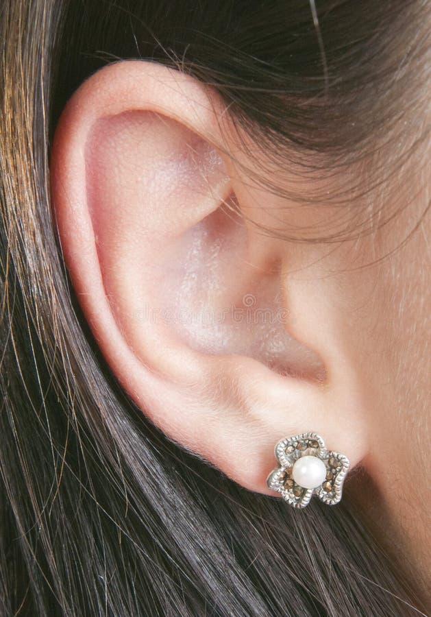 Silberne Ohrringe mit marcasite und Perlen stockbilder