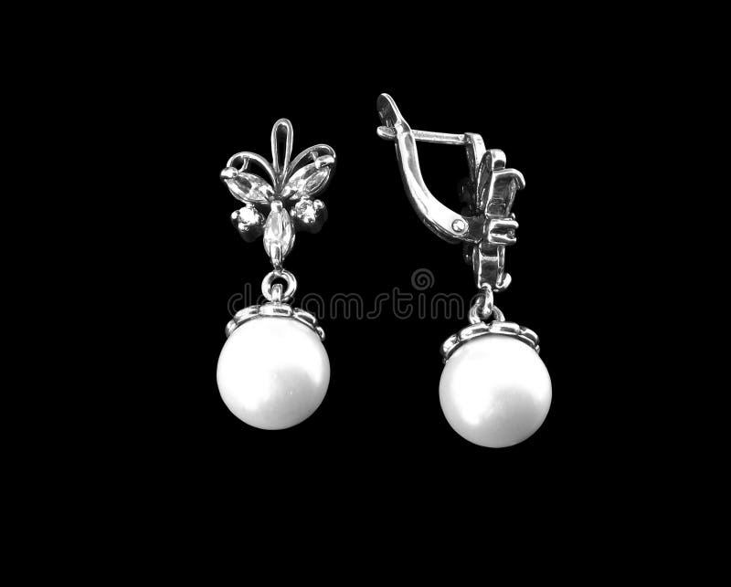 Silberne Ohrringe mit Perlen stockfoto
