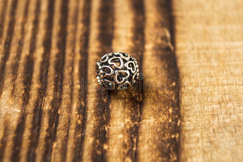 Silberne Perle für Armband auf hölzernem Hintergrund stockfoto