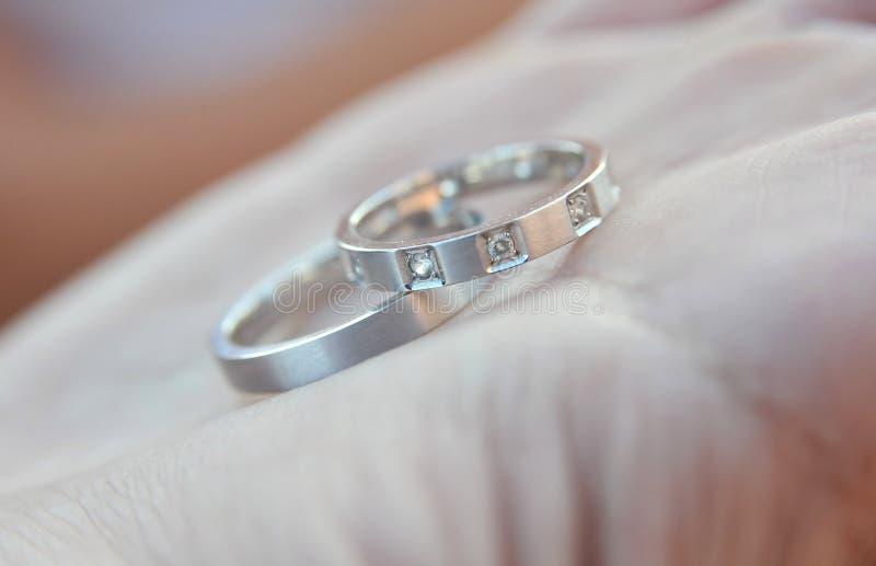 Silberne Ringe der Hochzeit stockfotografie