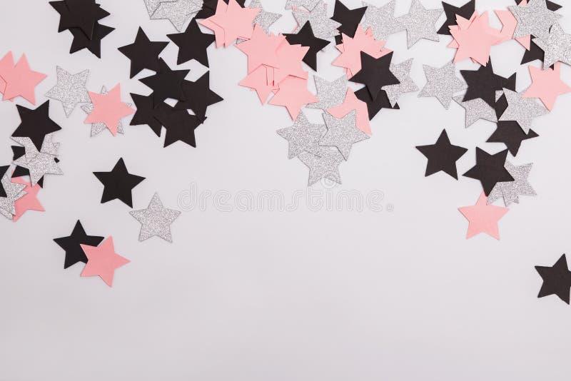 Silberne, rosa und schwarze Papiersterne lokalisiert auf weißem Hintergrund stockfotografie