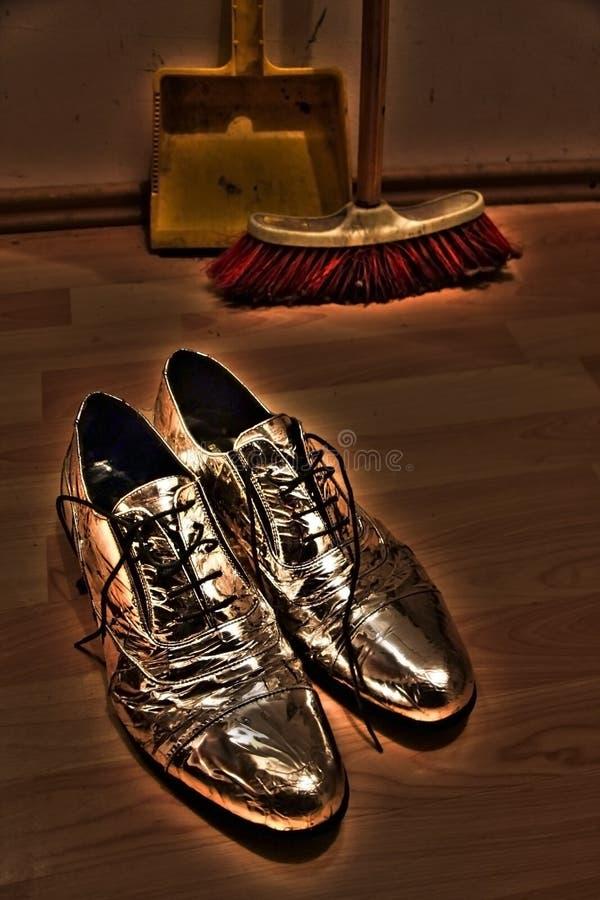 Download Silberne Schuhe stockfoto. Bild von pinsel, glänzend - 27733188