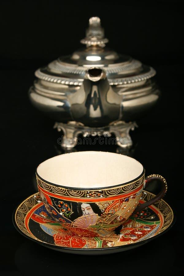 silberne teekanne und eine antike chinesische tasse tee stockbild bild von keramik chinesisch. Black Bedroom Furniture Sets. Home Design Ideas