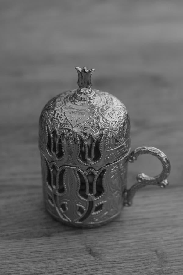 Silberne traditionelle türkische Kaffeetasse lizenzfreies stockfoto
