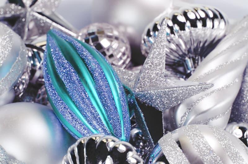 Silberne und blaue Verzierungen stockbilder
