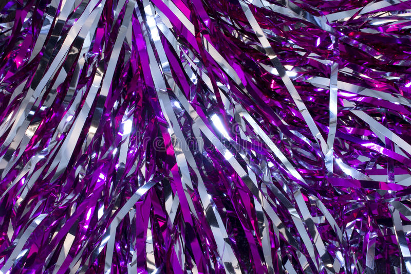 Silberne und purpurrote pom poms lizenzfreies stockfoto