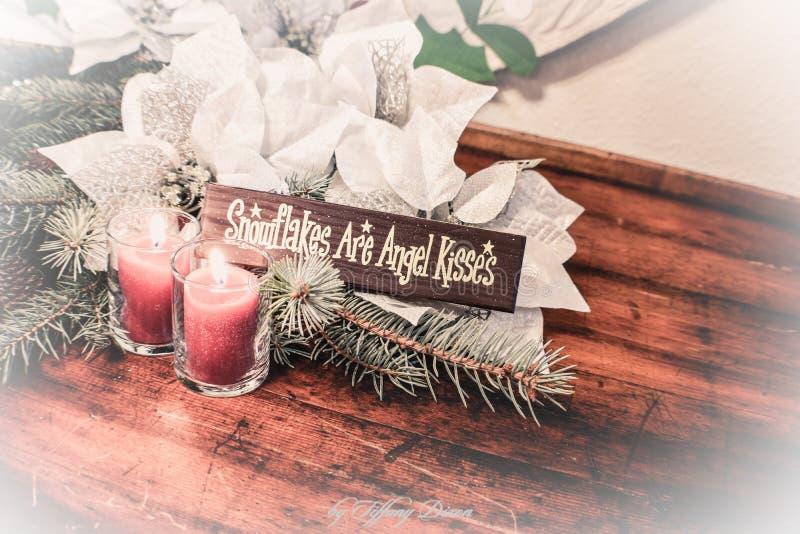 Silberne und weiße Poinsettiadekorationen mit Engelszeichen stockfotos